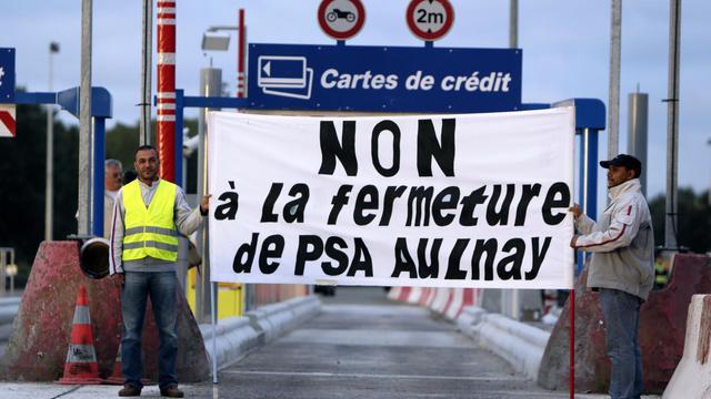 Des travailleurs de l'usine PSA d'Aulnay-sous-bois (Seine-Saint-Denis) manifestent à un péage de Senlis, le 14 septembre 2012 [Kenzo Tribouillard / AFP]