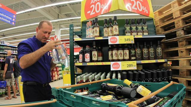 Un employé de supermarché retire de la vente des bouteilles d'alcool après l'interdiction de la vente d'alcool à plus de 20 degrés, le 14 septembre 2012 à Brno [Radek Mica / AFP/Archives]