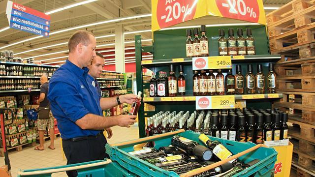 Un employé de supermarché retire des bouteilles d'alcool de la vente, le 14 septembre 2012 à Brno [Radek Mica / AFP/Archives]