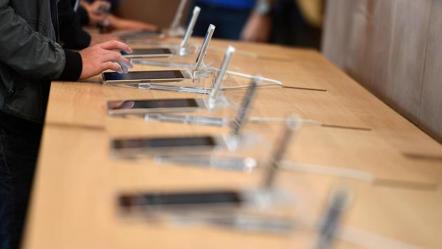 Une personne essaie une tablette numérique dans un magasin [Patrick Hertzog / AFP/Archives]