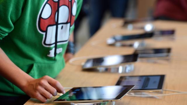 Des iPad proposés au public, 15 septembre 2012 [Patrick Hertzog / AFP]