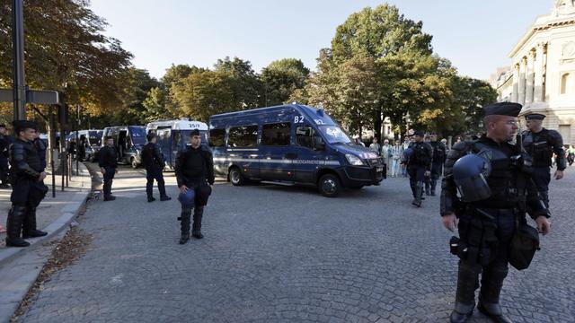 Des gendarmes positionnés devant l'ambassade des Etats-Unis, à Paris, lors d'une manifestation contre le film anti-américain produit aux Etats-Unis, le 15 septembre 2012 [Kenzo Tribouillard / AFP/Archives]