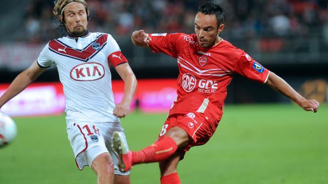 Le milieu de terrain de Bordeaux Jaroslav Plasil (g) à la lutte avec le joueur de Valenciennes Gaël Danic (d) en Ligue 1, le 15 septembre 2012. [Francois Lo Presti / AFP/Archives]
