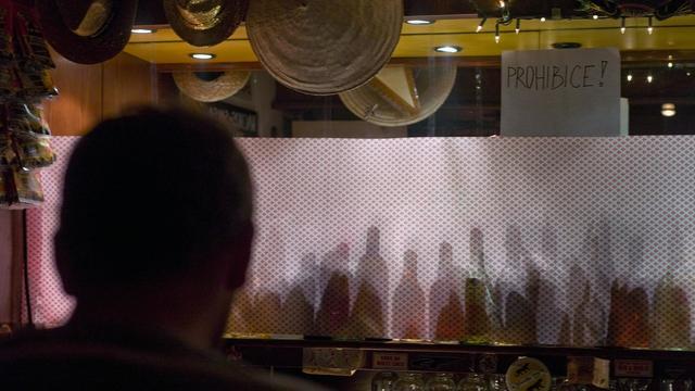 Un homme regarde les étagères couvertes contenant les boissons fortement alcoolisées dans un bar, le 16 Septembre 2012 à Prague [Michal Cizek / AFP/Archives]