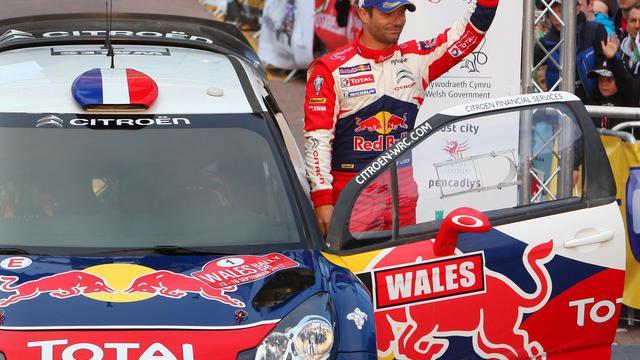Le pilote français Sébastien Loeb salue les supporteurs lors du Grand Prix du Pays de Galles le 16 septembre 2012. [Geoff Caddick / AFP/archives]