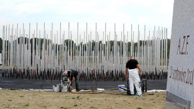Des personnes préparent le mémorial des victimes de la catastrophe d'AZF, le 17 septembre 2012 à Toulouse [Pascal Pavani / AFP]