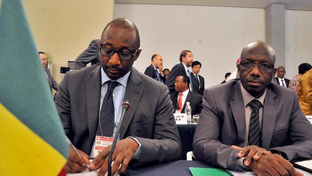 Les ministres maliens des Affaires étrangères Tieman Coulibaly (g) et de la Défense Yamoussa Camara (d), à l'ouverture d'une réunion de la Communauté économique des Etats de l'Afrique de l'Ouest, le 17 septembre 2012 à Abidjan [Issouf Sanogo / AFP/Archives]