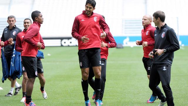 L'attaquant brésilien de Lille Tulio De Melo (C) entouré de ses coéquipiers lors d'une séance d'entraînement, à la veille d'entrer en lice en Ligue des champions, le 18 septembre 2012 [Denis Charlet / AFP]