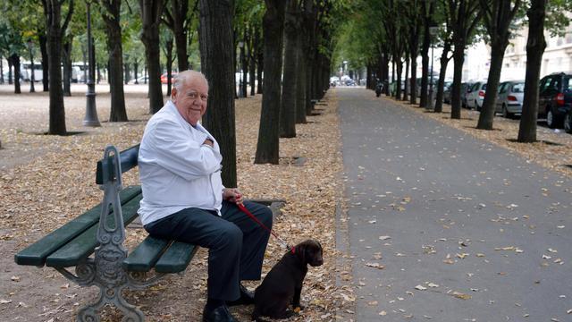 Le chef Jacques Le Divellec pose près de son restaurant du VIIe arrondissement de Paris, le 18 septembre 2012 [Eric Feferberg / AFP]