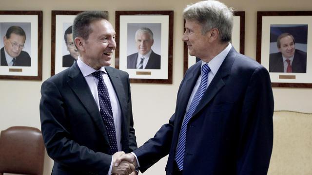 """Yannis Stournaras rencontre Horst Reichenbach, chef de la """"task force"""" européenne chargée d'aider la Grèce, le 18 septembre 2012 à Athènes [Angelos Tzortzinis / AFP]"""