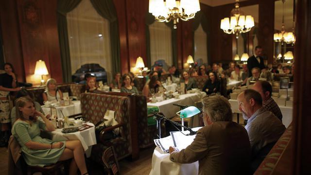 Lecture de l'auteur américain Daniel Woodrell (d) dans un café de Vienne le 18 septembre 2012 pour la Kriminacht [Alexander Klein / AFP]