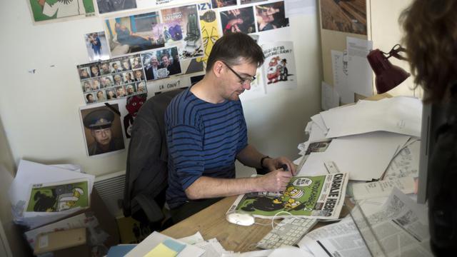Charb, directeur de Charlie Hebdo, avec un exemplaire publiant des caricatures de Mahomet, le 19 septembre 2012 à Paris [Fred Dufour / AFP]