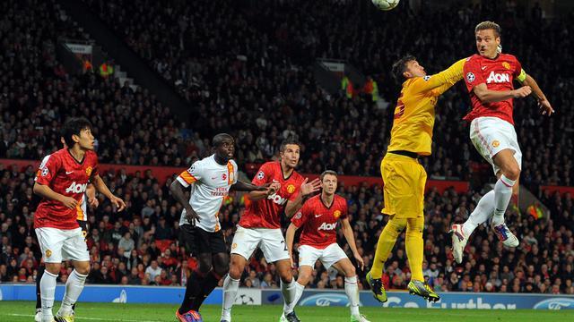 Le défenseur de Manchester United Nemanja Vidic fait une tête face au Galatasaray en C1, le 19 septembre 2012 à Manchester. [Andrew Yates / AFP]