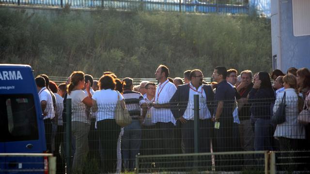 Des membres de plusieurs familles de soldats turcs, jugés pour complot contre le gouvernement d'Istanbul, le 20 septembre 2012  à Silivri, près de la capitale turque [ / AFP]