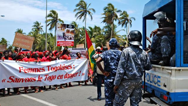Des gendarmes font face à des manifestants, le 20 septembre 2012 à Lomé [Daniel Hayduk / AFP/Archives]