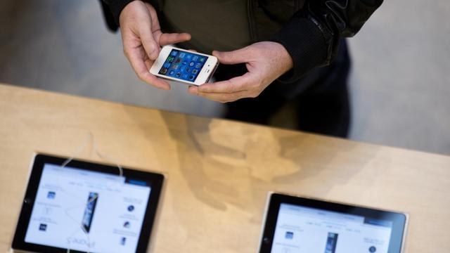 Un client dans un magasin Apple le 21 septembre 2012 à Paris [Martin Bureau / AFP/Archives]