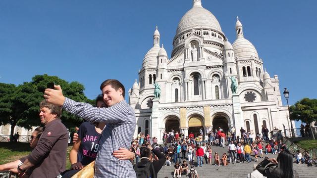 Des touristes devant la basilique du Sacré-Coeur à Paris, le 7 septembre 2012 [Patrick Kovarik / AFP/Archives]