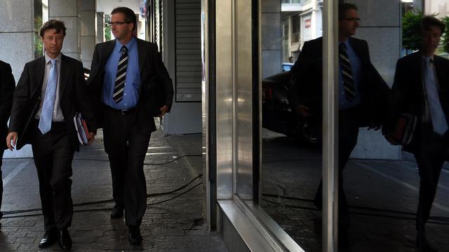 Les représentants de la troïka, les Allemands Matthias Mors (G) et Klaus Masuch, arrivent au ministère des Finances à Athènes, le 21 septembre 2012 [Aris Messinis / AFP/Archives]