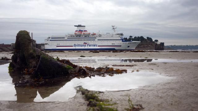 """Le Bretagne, un ferry appartenant à la compagnie française """"Brittany ferries"""", à Saint Malo, le 21 septembre 2012 [Damien Meyer / AFP/Archives]"""