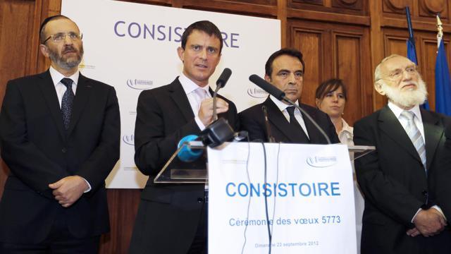 Le ministre de l'Intérieur Manuel Valls (2e à g) tient un discours au côté du Grand rabbin de France Gilles Bernheim (g), le président du consistoire central Joël Mergui (3e à d) et le Grand rabbin de Paris Michel Gugenheim (d) [Francois Guillot / AFP]