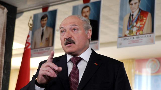 Le président Alexandre Loukachenko parle aux journalistes après avoir voté aux législatives le 23 septembre 2012 à Minsk [Viktor Drachev / AFP]