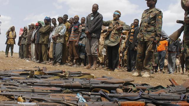 Des shebab se rendent aux forces de la Mission de l'Union africaine en Somalie, le 22 septembre 2012 à Garsale [Mohamed Abdiwahab / AFP/Archives]