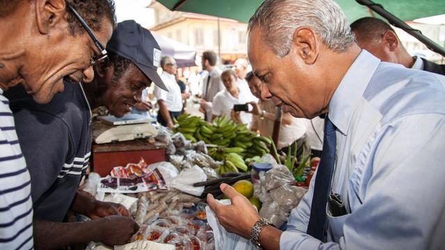 Victorin Lurel  sur un marché le 22 septembre 2012 à Cayenne [Jody Amiet / AFP/Archives]