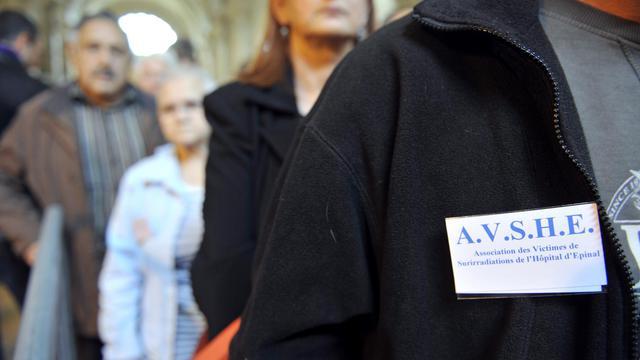 Des proches et des victimes dans l'affaire des surirradiés d'Epinal attendent au premier jour du procès à Paris, le 24 septembre 2012 [Mehdi Fedouach / AFP/Archives]