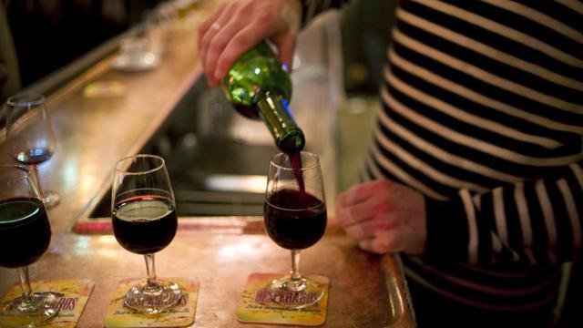 Une personne sert des verres de vin [Fred Dufour / AFP/Archives]
