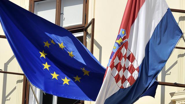 Les drapeaux européen et croate à Zagreb [Hrvoje Polan / AFP/Archives]