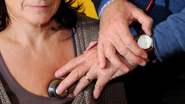 Un médecin examine une patiente à Godewaersvelde, dans le nord de la France, le 25 septembre 2012 [Philippe Huguen / AFP/Archives]