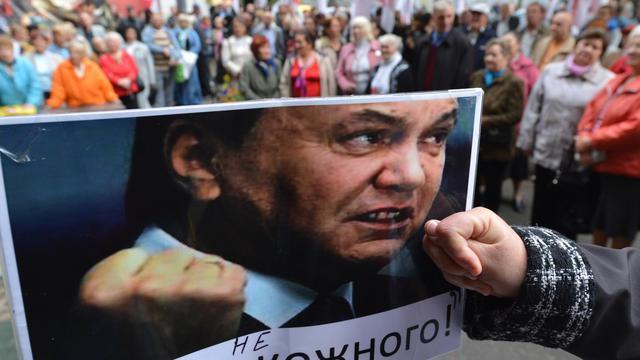 Des opposants brandissent une photo du président ukrainien Viktor Ianoukovitch lors d'une manifestation à Kiev le 26 septembre 2012 [Sergei Supinsky / AFP]