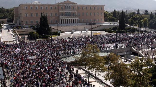 Des manifestants contre l'austérité entourent le Parlement, le 26 septembre 2012 à Athènes [ / AFP]