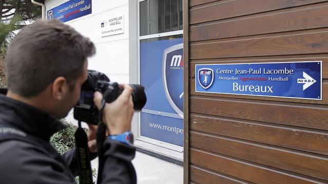 Un journaliste prend des photos à l'extérieur du siège du club de handball de Montpellier, le 26 septembre 2012. [Afp Photo / AFP]