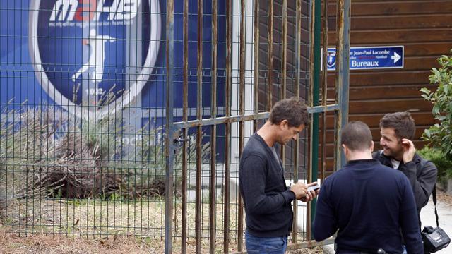 Des journalistes devant le siège de club de handball de Montpellier, le 26 septembre 2012. [Afp Photo / AFP]
