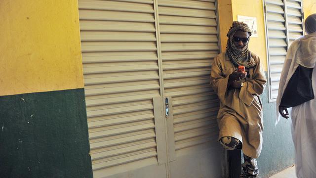 Un djihadiste monte la garde devant une chambre de l'hôpital de Gao où se remettent de jeunes Maliens amputés, le 21 septembre 2012 [Issouf Sanogo / AFP]