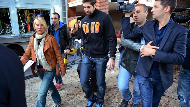 Nikola Karabatic quitte le stade Pierre de Coubertin entouré de policiers le 30 septembre 2012 à Paris [Franck Fife / AFP]