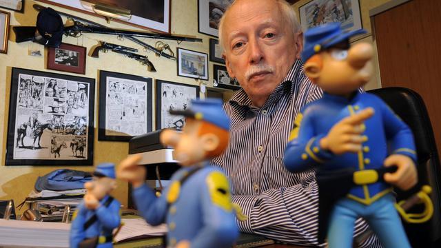 Le dessinateur Willy Lambil pose, le 27 septembre 2012 à Falisolle, en Belgique, devant des figurines des Tuniques bleues [John Thys / AFP]