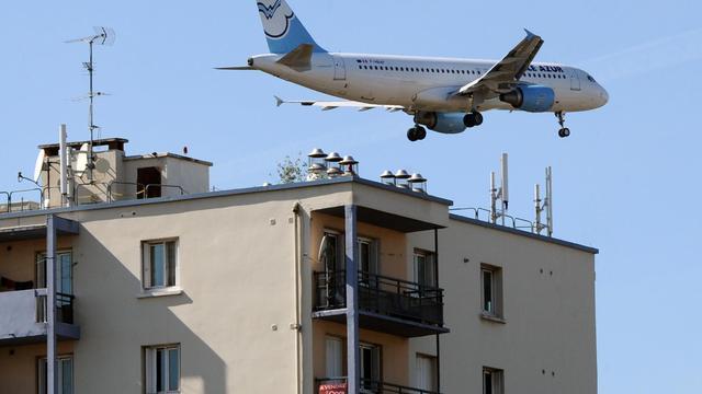 Un avion survole des immeubles à Toulouse [Pascal Pavani / AFP/Archives]