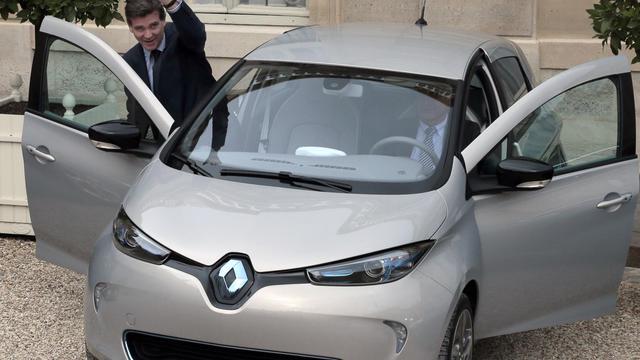 Le ministre du Redressement productif Arnaud Montebourg arrive en Renault Zoé au Conseil des ministres à Paris le 3 octobre 2012 [Jacques Demarthon / AFP]