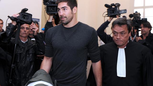 Le joueur de handball Nikola Karabatic (gauche) avec son avocat Jean-Marc Nguyen Phung au tribunal de Montpellier, le 16 octobre 2012 [Pascal Guyot / AFP/Archives]