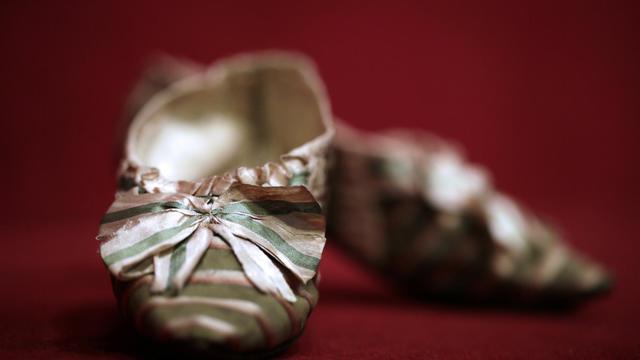 Une paire de souliers à Marie-Antoinette, le 17 octobre 2012 à l'Hôtel Drouot à Paris [Kenzo Tribouillard / AFP]