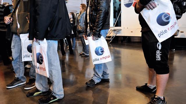 Une file d'attente à Pôle Emploi lors d'un salon pour l'emploi à Arras, dans le nord de la France, le 18 octobre 2012 [Philippe Huguen / AFP/Archives]