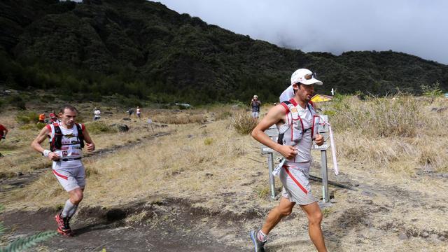 """Les Espagnols Kilian Jornet (g) et Iker Karrera le 19 octobre 2012 à La Réunion lors de la 20e """"Diagonale des fous"""" [Richard Bouhet / AFP]"""