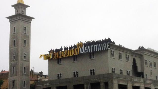 """Un groupe de """"Génération Identitaire"""" occupe le toit de la mosquée de Poitiers le 20 octobre 2012 [ / AFP/Archives]"""