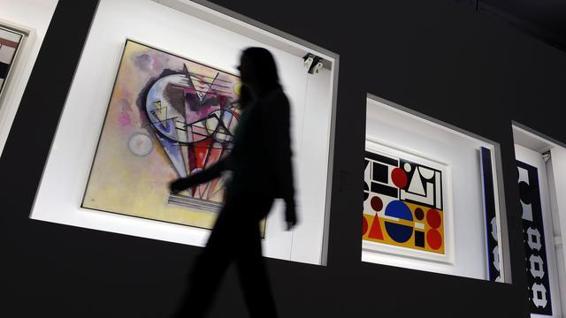 Un visiteur du Centre Pompidou Mobile passe devant des dessins de Kandinsky (g) et Herbin, le 24 octobre 2012 à Libourne [Jean-Pierre Muller / AFP/Archives]