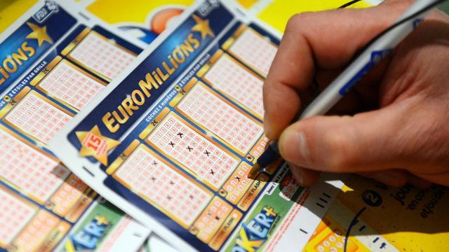 Un joueur remplit la grille de l'Euro Millions le 5 novembre 2012 à Tours