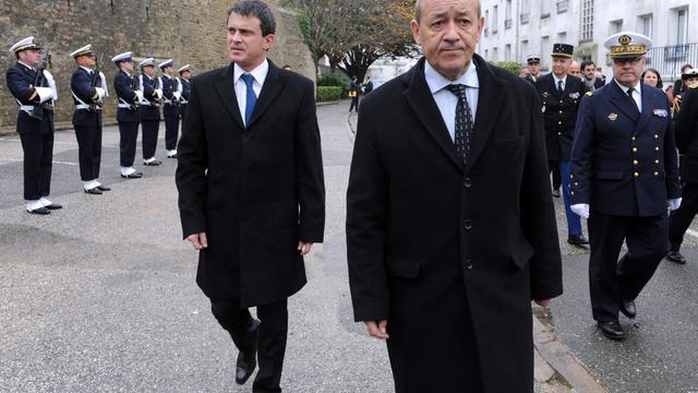 Les ministres de l'Intérieur et de la Défense, Manuel Valls (g) et Jean-Yves Le Drian (d), le 23 novembre 2012 à Lorient [Fred Tanneau / AFP/Archives]
