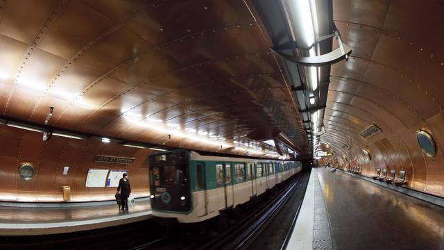 Une Rame Dans La Station De Métro Arts Et Métiers, à Paris,