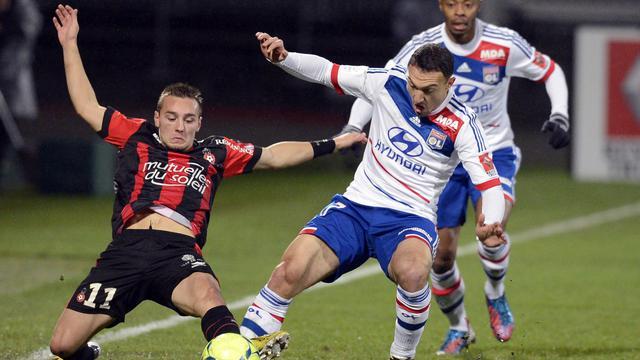 Le Lyonnais Steed Malbranque (d) à la lutte avec l'attaquant niçois Eric Bauthéac (g) lors du match de Ligue 1 au stade Gerland, le 22 décembre 2012, à Lyon [Philippe Merle / AFP/Archives]